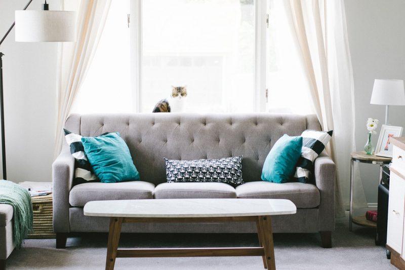 Un canapé dans un salon